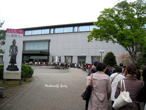 薬師寺展の行列 blog.jpg